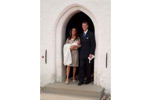 ヨアキム・デンマーク王子が思い出の教会で子息をお披露目