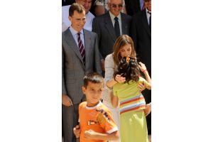 フェリペ皇太子夫妻が子供たちに感謝の抱擁