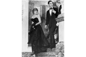 ダイアナ元妃が初の公の場で着用したドレス、2500万円で落札