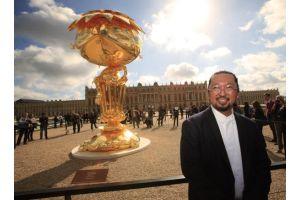 ルイ14世末裔が「冒涜」として法的措置へ、村上隆さん展示会