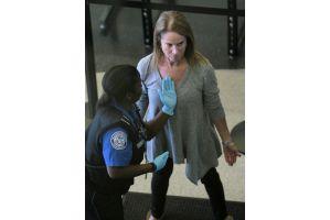女性は胸も触られる米空港の厳しすぎる検査