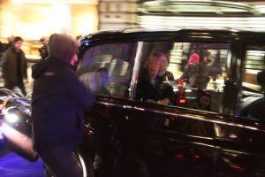 英皇太子夫妻が学生らに襲撃される