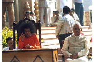 霊能力者サイ・ババさんが85歳で死去