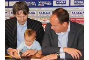 1歳乳児がサッカーのプロ契約(オランダ)
