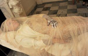 ギネス創業家令嬢が「死体役」のモデルを務める