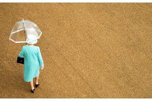 英エリザベス女王の給与2015年まで凍結か