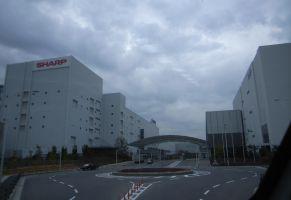 シャープ堺工場、最悪のタイミングで株主工場見学会