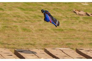 世界初パラシュートなしのダイビング成功