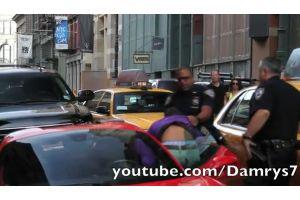 超低速のフェラーリ事故、警官の足をひく