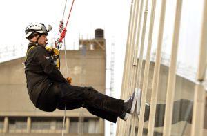 英アンドリュー王子、300米のビルをロープで降下