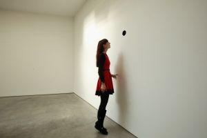 人気現代彫刻家カプーア氏「穴」を出展