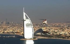 アストン・マーティンが高さ300米のホテルに登る
