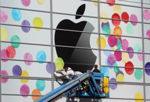 アップル株主総会でクックCEO「愚かな決定だ」