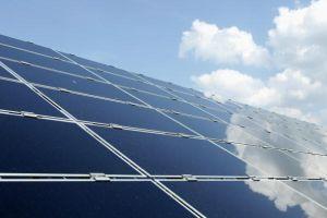 太陽光発電、実は西向きが南向きより有利